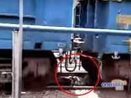 चमत्कार: बुजुर्ग के ऊपर से निकल गई ट्रेन, नहीं आई खरोंच