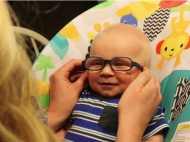 Video: जब चश्मे की मदद से पहली बार बच्चे ने देखी मां की झलक