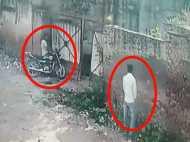 VIDEO: पेशाब के बहाने कर लिया बाइक पर हाथ साफ