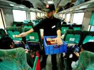 रेलवे बोर्ड के चेयरमैन बोले, रेल का खाना खराब तो यात्री घर से बनाकर लाएं
