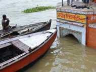 VIDEO: काशी में उफान पर गंगा, नावों को रोक जारी किया गया हाई अलर्ट