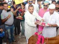 मुस्लिम फिल्ममेकर ने गाय को लिया गोद, की पूजा
