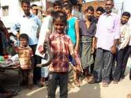 PICs: जहरीले सांप पकड़ना है इस बनारस के बच्चे का खेल!