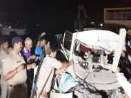 VIDEO: सड़क हादसे में 4 की मौत, डेड बॉडी निकलवाने के लिए बुलानी पड़ी क्रेन