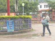 गोरखपुर हादसा: सीएम योगी के दौरे से रुका ट्रैफिक, बीमार मां को हाथों में उठाकर दौड़ा बेटा