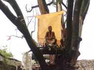 बरसात के दिनों में पेड़ पर लटक जाते हैं लोग...फिर यहीं बनाते हैं घोंसला...