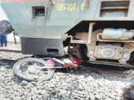 फिल्मी स्टाइल में चला फाटक पार करने, बाइक को घसीटते हुए ट्रेन रुकी सीधे भदोही