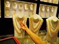 Gold Price: सोने की कीमतों में भारी गिरावट, चांदी भी 700 रुपये गिरी, जानिए भाव