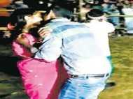 PICs: खुलेआम देर तक एक दूसरे को चूमने वाले को मिला पुरस्कार