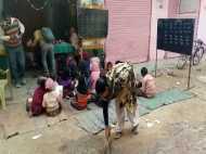 VIDEO: सड़क पर चलता है प्रदेश का ये स्कूल, 70 बच्चों को पढ़ाती हैं सिर्फ एक टीचर