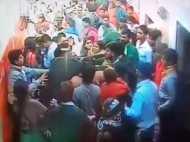 VIDEO: बांके बिहारी मंदिर में भगवान को हाथ जोड़ने आए श्रद्धालु ने महिला गार्ड पर तानी बंदूक