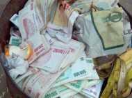 कचरा समझ डस्टबिन में फेंक दिए 12 लाख रुपए, इसके बाद जो हुआ वह चौंकाने वाला था