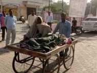 यूपी: बीमार बीवी को ठेले पर ले गया अस्पताल, ठेले पर ही आई लाश, नहीं मिली एंबुलेंस