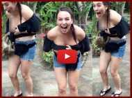 जब विदेशी लड़की का टॉप खींचने लगा यह शरारती बंदर, फिर जो हुआ वो VIDEO में देखें