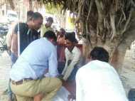प्रदेश का वीवीआईपी शहर जहां बेड पर नहीं बरगद के पेड़ के नीचे डॉक्टर कर रहा था इलाज