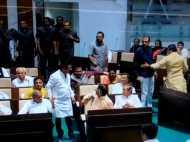 गुजरात विधानसभा में जमकर हुआ बवाल, कांग्रेस विधायक ने बीजेपी विधायक को बेल्ट से पीटा