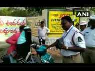 VIDEO: ट्रैफिक पुलिस से भिड़ गई महिला, बिना हेलमेट पहने चला रही थी स्कूटी