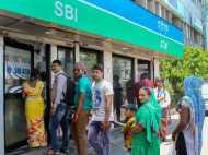 LIVE: कैश की किल्लत बरकरार, ATM के बाहर लगी कतारें
