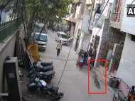 VIDEO: पिटबुल कुत्ते ने किया बच्चे पर जानलेवा हमला, मां बचाने आई तो...