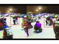 VIDEO: लेडी कांस्टेबल ने हेलमेट के लिए टोका तो बीच सड़क दो युवकों ने की बदतमीजी और मारपीट