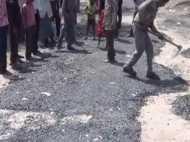 हरदोई: कई सालों बाद गांव में बनी सड़क दो घंटे में उखड़ गई