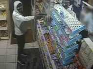VIDEO : बंदूक की नोक पर लूटने आया था दुकान लेकिन दुकानदार ने सिखा दिया सबक
