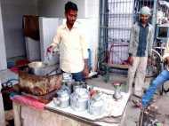 यहां शौचालय के बाहर टॉयलेट के पानी से बनती है चाय, चुस्की लेकर पीते हैं लोग