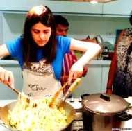 बिना पेट वाली लड़की, जो दूसरों के लिए खाना बनाती है