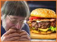 चढ़ा ऐसा चस्का, रिकॉर्ड बनाने के लिए खा गया 30 हजार बर्गर