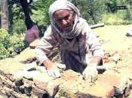 खुले में शौचमुक्त गांव के लिए 87 साल की महिला ने संभाला मोर्चा, खुद बना रही हैं टॉयलेट