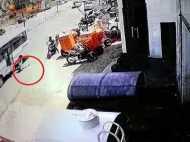 दर्दनाक वीडियो: स्कूल बस के दरवाजे में फंसा बैग, 5 साल की बच्ची को 10 मीटर घसीटता ले गया ड्राइवर