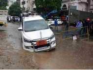 वडोदरा में भारी बारिश से जलभराव, मेयर की लग्जरी कार मेन होल में फंसी