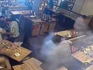 मुंबई: रेस्टोरेंट में बैठकर खा रहे थे खाना, अचानक जेब से निकलने लगा धुआ और फिर...