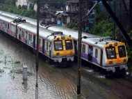 मुंबई में आफत बनी बारिश, अब तक 4 की मौत, मुंबई से अहमदाबाद की सभी ट्रेनें प्रभावित