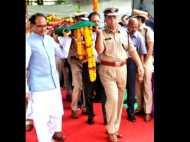 शहीद पुलिसकर्मी की अर्थी को कांधा देने पहुंचे सीएम शिवराज, 1 करोड़ के मुआवजे का ऐलान