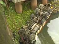पुणे: ड्राइवर को आई हल्की सी झपकी और ब्रिज की रेलिंग तोड़ नदी में गिरा ट्रक