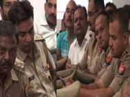 यूपी: भरी मीटिंग में सो रहे थे पुलिस अधिकारी, कुछ कर रहे थे मोबाइल पर चैटिंग, वीडियो वायरल