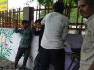 बीच सड़क दबंगों ने की युवक की पिटाई, लोग खड़े होकर बनाते रहे वीडियो