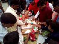 अखिलेश यादव के जन्मदिवस पर कार्यकर्ताओं ने खोया होश, तस्वीर फाड़कर बांटा केक