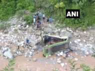 जम्मू-कश्मीर: गहरी खाई में गिरी यात्रियों से भरी बस, 1 की मौत, 20 घायल