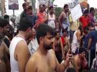 SC/ST एक्ट के विरोध में लखनऊ में लोगों ने कपड़े उतारकर किया प्रदर्शन