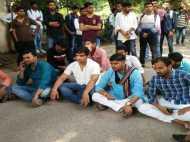 यूपी: विश्वविद्यालय में प्रदर्शन कर रहे छात्र नेताओं पर हमला, कुलपति पर लगा आरोप