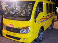 ग्वालियर: चलती वैन में लगी आग, शीशा तोड़कर पुलिस ने बचाए सभी 16 बच्चे