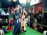यूपी: राम बारात में हुआ फूहड़ डांस, डांसरों ने जमकर लगाये ठुमके, वीडियो