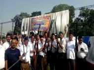 यूपी: धारा 144 लागू होने के बावजूद भाजपा व आरएसएस कार्यकर्ताओं ने शस्त्र पूजा के बाद की जमकर फायरिंग