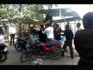 पकौड़ा बेचने वाले को लेकर भिड़े वकील, चीख-चिल्लाहट से गूंज उठी तहसील, वीडियो
