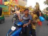 बचकर रहें! हाथ में गदा लेकर लखनऊ की सड़कों पर घूम रहे हैं यमराज