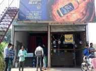 यूपी: पुलिस अवैध वसूली करने में थी व्यस्त, इतने में लुट गई भाजपा नेता की वाइन शॉप समेत कई अन्य दुकानें