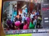 काशी विश्वनाथ परिसर में तैनात पीएससी के जवान ने दुकानदार पर तानी राइफल, सीसीटीवी में कैद हुई घटना