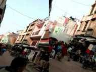 यूपी: भीड़-भाड़ वाले इलाके में गिरा दो मंजिला मकान, देखे वीडियो